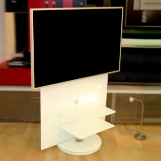Ein drehbares Audio TV Möbel aus Opti-White Glas mit 2 Ablagefächer.
