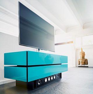 Das Modell Brick von Spectral ist ein Phonomöbel mit einem Soundbarsockel, einer TV Drehhalterung und zwei Klappen wo sich genügend Platz für ihre Geräte findet.