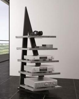 Ein Hifiregal in Alphaoptik. Rahmen ist aus Stahl mit 5 Fachböden. Modell Alphastatik von Schroers&Schroers.