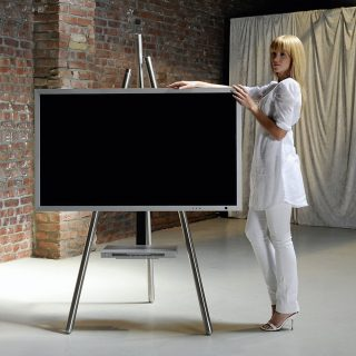TV Halter einer Malerstaffelei nachempfunden. Malerische Sicht auf ihren Fernseher.