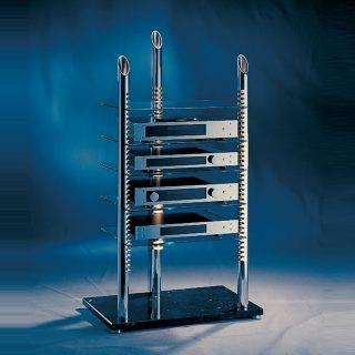 Das Topviwe ist ein HiFi Regal. Mit pollierten Aluminiumsäulen ruhen auf einem Marmorsockel. Fachböden aus Glas mit Rasterfunktion. Modell Top View von Liko Design.