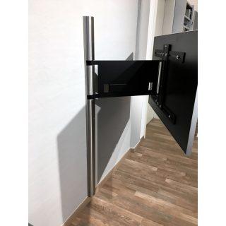Ein TV Wandhalter mit Schwenkarmfunktion, die verdeckte Kabelführung erfolgt im Schwenkarm, wandseitig in der Halbedelstahlsäule.