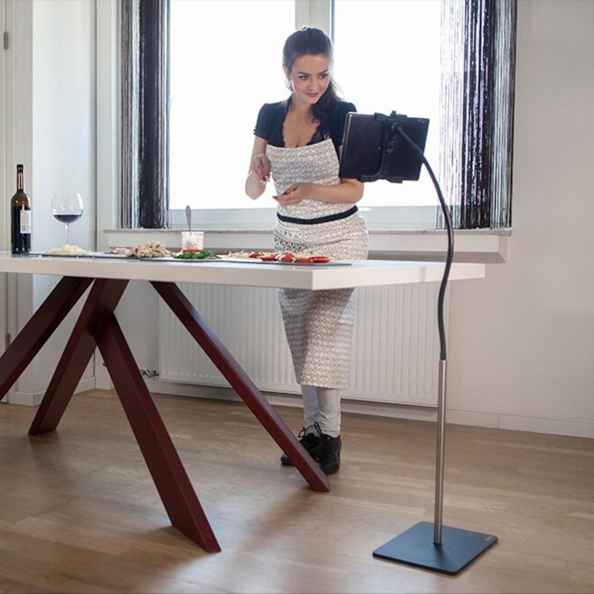 Ein Tabletständer mit flexiblen Schwanenhals von Wissmann Raumobjekte. Modell Flex Art 183.