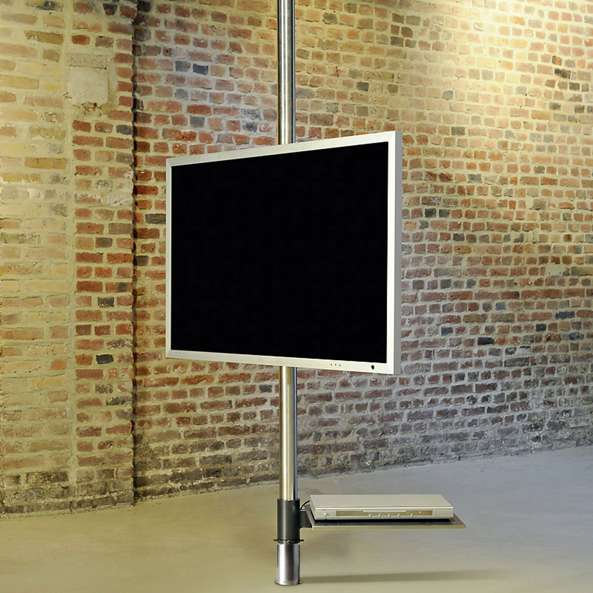 Fernsehhalter mit Schwenkarm. Montage, Boden- Deckenstange. Optional DVD Board-Soundbarhalterung. TV bis 65 Zoll. Modell Post Art 129 von Wissmann Raumobjekte.