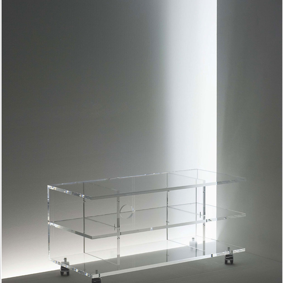 Rollbares Hifi TV Möbel aus Acryl. Mit 3 Fachböden und Kabelöffnung. Robust durch hohen Makrolonanteil. Stabil durch UV Verklebung. Fertigung nach Wunschmaß. Modell TV-R oofen von Acryl DE.