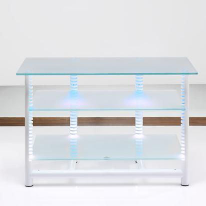 Ein Hifi TV Regal. 110x70x50 cm. (BxHxT) Rahmen aus Aluminium. Verstellbare Fachböden aus Glas. Indirekte Halogenbeleuchtung. Modell Stonelees 70/110 von Liko Design.