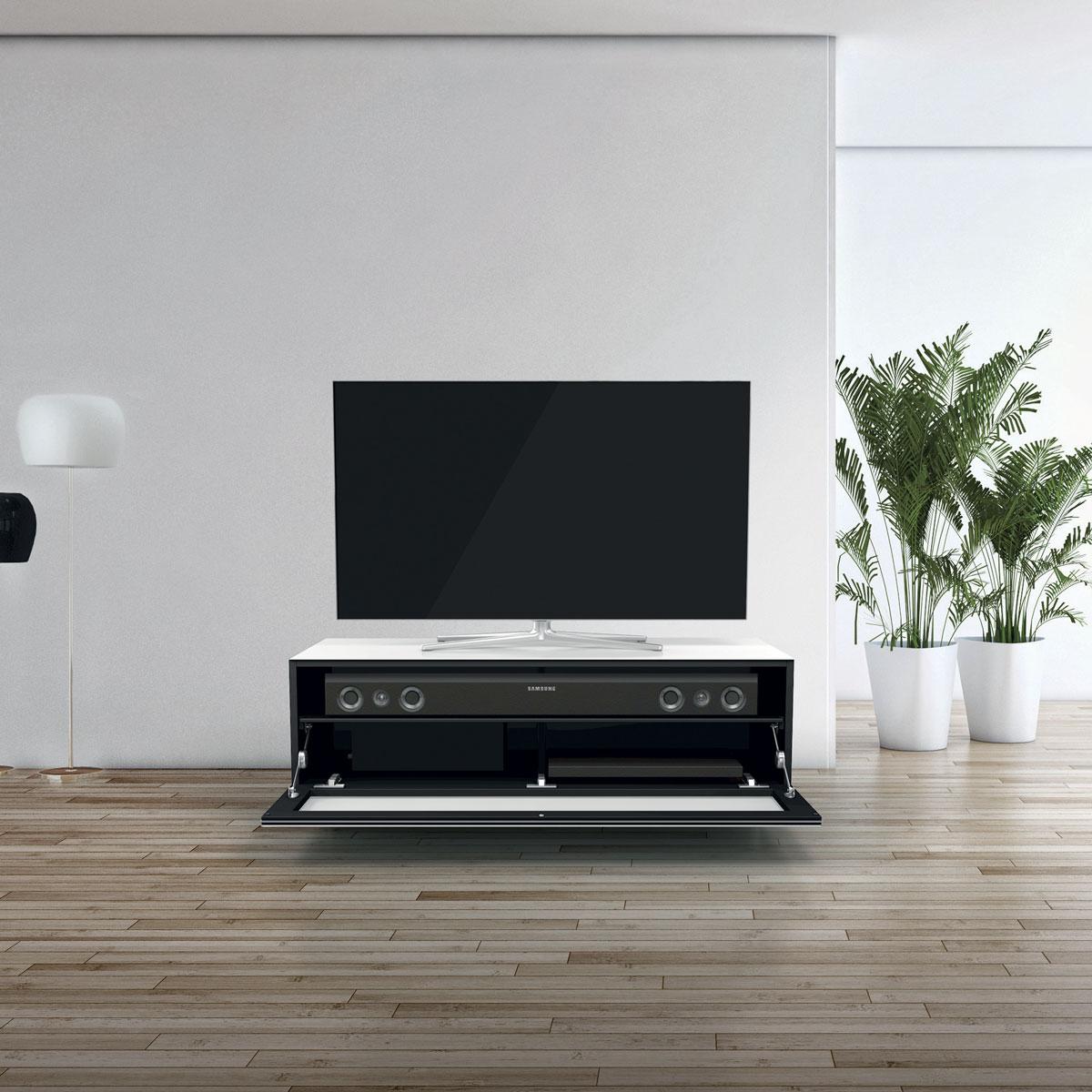 TV Möbel mit stoffbespannter Klappe. Verglasung sehr stabil und kratzfest. Soundbarintergration möglich. Modell JRL 1101S von Just Racks.
