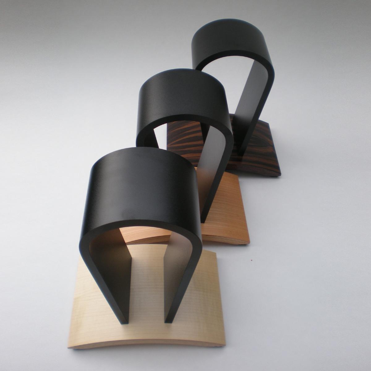 Ein Kopfhoererhalter zur schonenden Aufbewahrung. Perfekte Belüfftung. In verschiedenen Edelhölzern wählbar. Modell Rooms II.