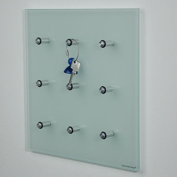 Schlüsselbrett 35x35x6,8 cm (BxHxT) aus Mattglas, mit 9 Pins (Alustifte). Modell Keyboard von Patte Internaional.
