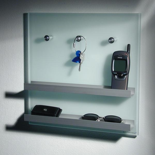 Schlüsselboard 35x35x6,8 cm (BxHxT) aus Mattglas. Mit Pins und 2 Ablageleisten. Modell Glasnost von Patte International.