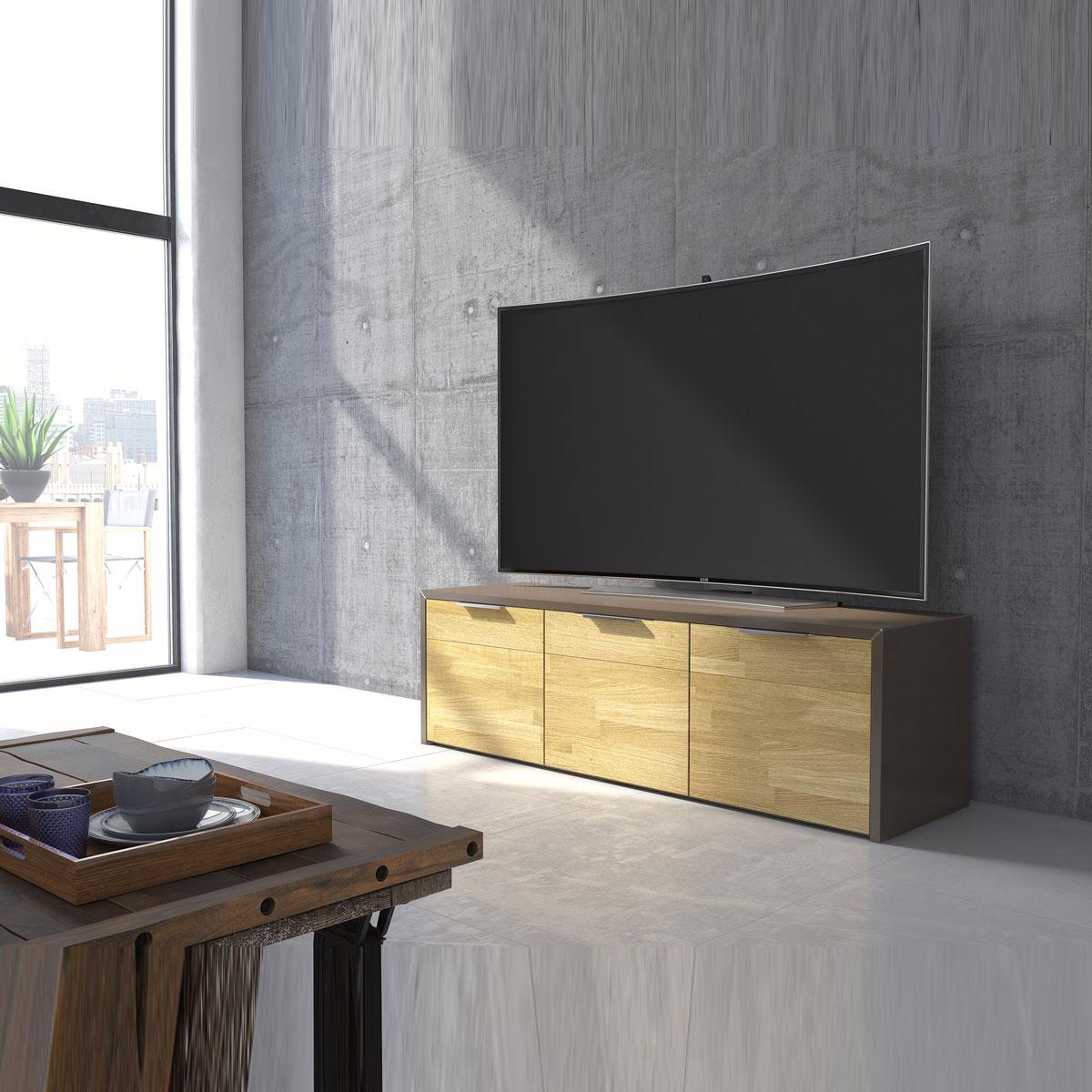 Ein geschlossenes TV Lowboard 166,7x51,0x48,2 cm. Mit 3 Türen. Verschiedene Dekore und Furniere. Modell SK-3 von Schnepel.