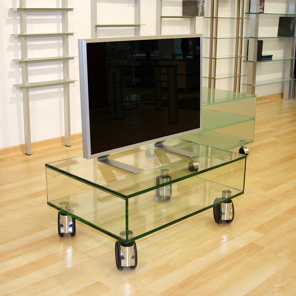 Ein rollbares TV Möbel aus Glas. Mit Ablagefach für Audiogeräte. Kratzfest und sehr stabil. Modell Big Roll von Glass Concept.